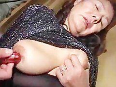 Sexspiele an der asiatischen Oma Muschi