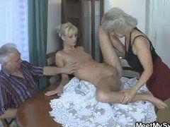 Granny Dreier mit Teen und Opas Schwanz