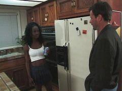Schwarze Haushälterin ist einfach nur sexy